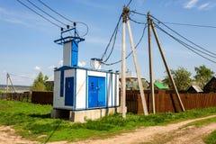 Sous-station de transformateur de puissance de tension au village photo libre de droits