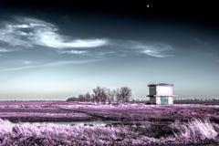 Sous-station de transformation et la lune dans le ciel d'hiver dans les couleurs infrarouges Images libres de droits