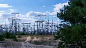 Sous-station et pylônes à haute tension de transformateur de puissance Photographie stock