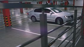 Sous terre un stationnement ou garage de voiture banque de vidéos