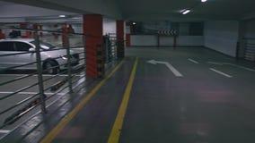 Sous terre un stationnement ou garage de voiture clips vidéos
