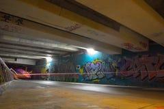 Sous un pont avec Grafs et des étiquettes la nuit Photographie stock