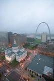 Sous une pluie brumeuse une vue élevée de voûte et du vieux St historique Louis Courthouse de passage Le tribunal a été construit Image libre de droits
