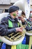 Sousaphonespeler in kleurrijke het marcheren band bij Carnaval-parade, Stock Foto