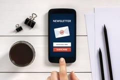 Souscrivez le concept de bulletin d'information sur l'écran intelligent de téléphone avec le bureau o image stock