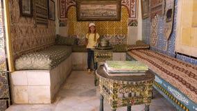 Sousse, Tunísia - 15 de junho de 2018: visitante da menina em Art Museum, situado no palácio em Medina Sussa Mosaicos em históric vídeos de arquivo