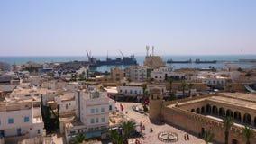 Sousse, Tunesië - Juni 15, 2018 Schepen in zeehaven in Sousse, Tunesië De bouwarchitectuur en oude Medina stock footage