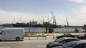 Sousse Tunisien - 06 Juni, 2018: Sikt från fönstret som kör bilen längs hamnstad och skepp som står på parkeringsplats bil arkivfilmer
