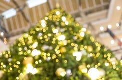 Soustrayez l'arbre de Noël brouillé avec le fond clair de bokeh Photos libres de droits