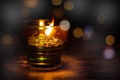 Soustrayez la lampe à pétrole brouillée avec la lumière d'or de bokeh pour le backgrou Photo stock
