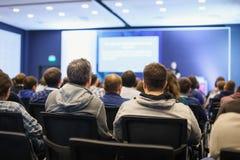 Soustrayez la photo brouillée de la salle de conférences ou de la pièce de séminaire avec le fond de participant Photo stock