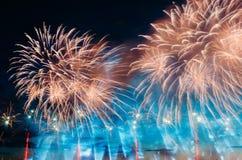 Soustrayez le feu d'artifice coloré avec les rayons de la lumière dirigés vers le ciel Photos stock