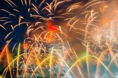 Soustrayez le feu d'artifice coloré avec les rayons de la lumière dirigés vers le ciel Image libre de droits