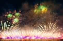 Soustrayez le feu d'artifice coloré avec les rayons de la lumière dirigés vers le ciel Images stock