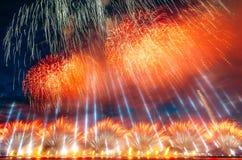 Soustrayez le feu d'artifice coloré avec les rayons de la lumière dirigés vers le ciel Photo stock