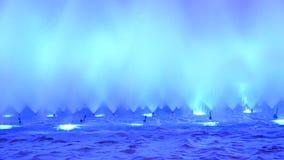 Soustrayez le fond lumineux de fontaine de l'eau des formes de danse banque de vidéos