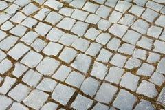 Soustrayez le fond structuré d'un vieux modèle de dalles de trottoir de rue Photographie stock libre de droits