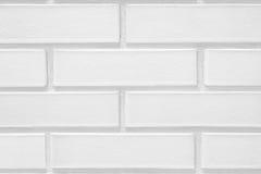 Soustrayez le vieux stuc souillé par texture superficiel par les agents gris-clair et avez vieilli le fond blanc de mur de brique Images stock