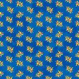Soustrayez les fleurs colorées sur le modèle sans couture de fond bleu Photo libre de droits