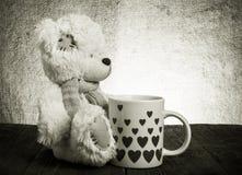 Soutenez avec une tasse avec des coeurs sur le fond de renvoyer Photographie stock