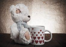 Soutenez avec une tasse avec des coeurs sur le fond de renvoyer Images libres de droits