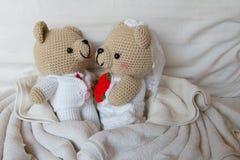 Soutenez la poupée dans l'amour, les ours de jouet avec le mariage, deux que le nounours concerne le Th Image libre de droits