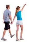 Soutenez la vue de jeunes couples de marche Images libres de droits