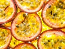 Soutenez les tranches allumées de passiflore comestible de passiflore mûre de maracuja Photos libres de droits