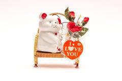Soutenez se reposer sur un banc avec les fleurs et le coeur Image stock