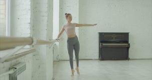 Soutenu praticando do battement da bailarina elegante vídeos de arquivo