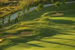 Soutes de sable sur le terrain de golf au lever de soleil Photos libres de droits