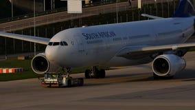 South African Airways acepilla en pista de rodaje almacen de video