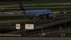 South African Airways acepilla en pista de rodaje