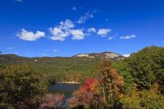 South Carolina湖和山 免版税图库摄影