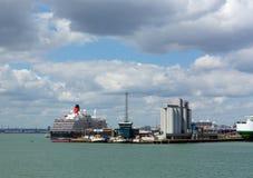 Southampton de Dokken met grote cruise verschepen en vrachtschip op kalme de zomerdag met fijn weer blauwe hemel en witte wolken stock foto