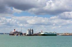 Southampton de Dokken met grote cruise verschepen en vrachtschip op kalme de zomerdag met fijn weer blauwe hemel en witte wolken stock afbeeldingen