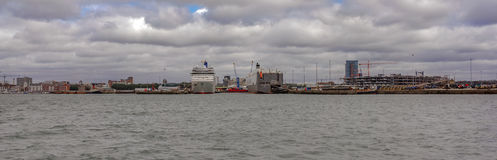 Southampton doki z przemysłowymi i pasażerskimi terminalami Obrazy Stock