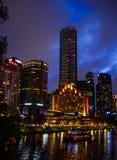 SouthBank Melbourne Yarra i nattljus Royaltyfria Foton