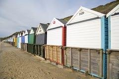 Southbourne, Bornemouth, Dorset, Inglaterra, opinião de A de uma fileira de cabanas da praia Foto de Stock