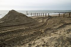 Southbourne, Bornemouth, Dorset, Inglaterra, opinião em novembro de 2017, de A da praia e defesas de mar novas que estão sendo co Foto de Stock