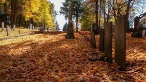 SOUTHBRIDGE, MASSACHUSETS EUA - 17 DE NOVEMBRO DE 2017 Cemitério velho em uma cidade pequena em Nova Inglaterra com as folhas de  foto de stock