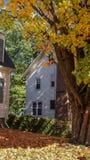 SOUTHBRIDGE, MASSACHUSETS USA - LISTOPAD 17 2017 Starego tradittional biały drewniany dom obok klonowego drzewa w jesień spadku h zdjęcie royalty free