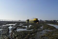 Southend στη θάλασσα UK 15/10/2017 Κορίτσι που περπατά σε ένα σκάφος Στοκ Εικόνες