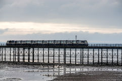 SOUTHEND ΣΤΗ ΘΑΛΑΣΣΑ, ESSEX/UK - 24 ΝΟΕΜΒΡΊΟΥ: Τρέξιμο τραίνων κατά μήκος έτσι στοκ εικόνες
