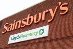 Southend England - 29 April 2018: Lloyds apotek inom sainsburys 199 Lloyds apotekdiversehandel är att stänga sig Arkivbild