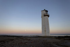 Southerness-Leuchtturm Moonrise bei Sonnenuntergang Stockbilder
