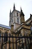 Southwark大教堂 与金黄时钟和黑铁篱芭的塔 南银行,伦敦,英国 免版税库存图片