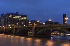 Southwark桥梁和大厦在黄昏在伦敦英国 库存图片