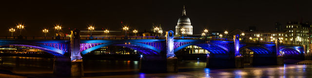 southwark桥梁的全景在晚上 图库摄影