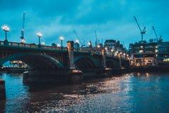 Southwark-Brücke über der Themse am Abend Stockfotos